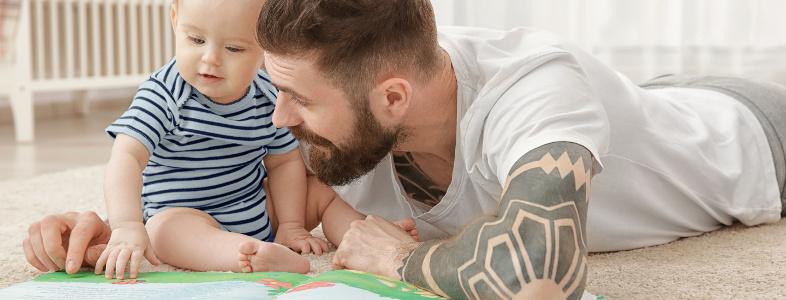 Papa avec son bébé regardant un livre